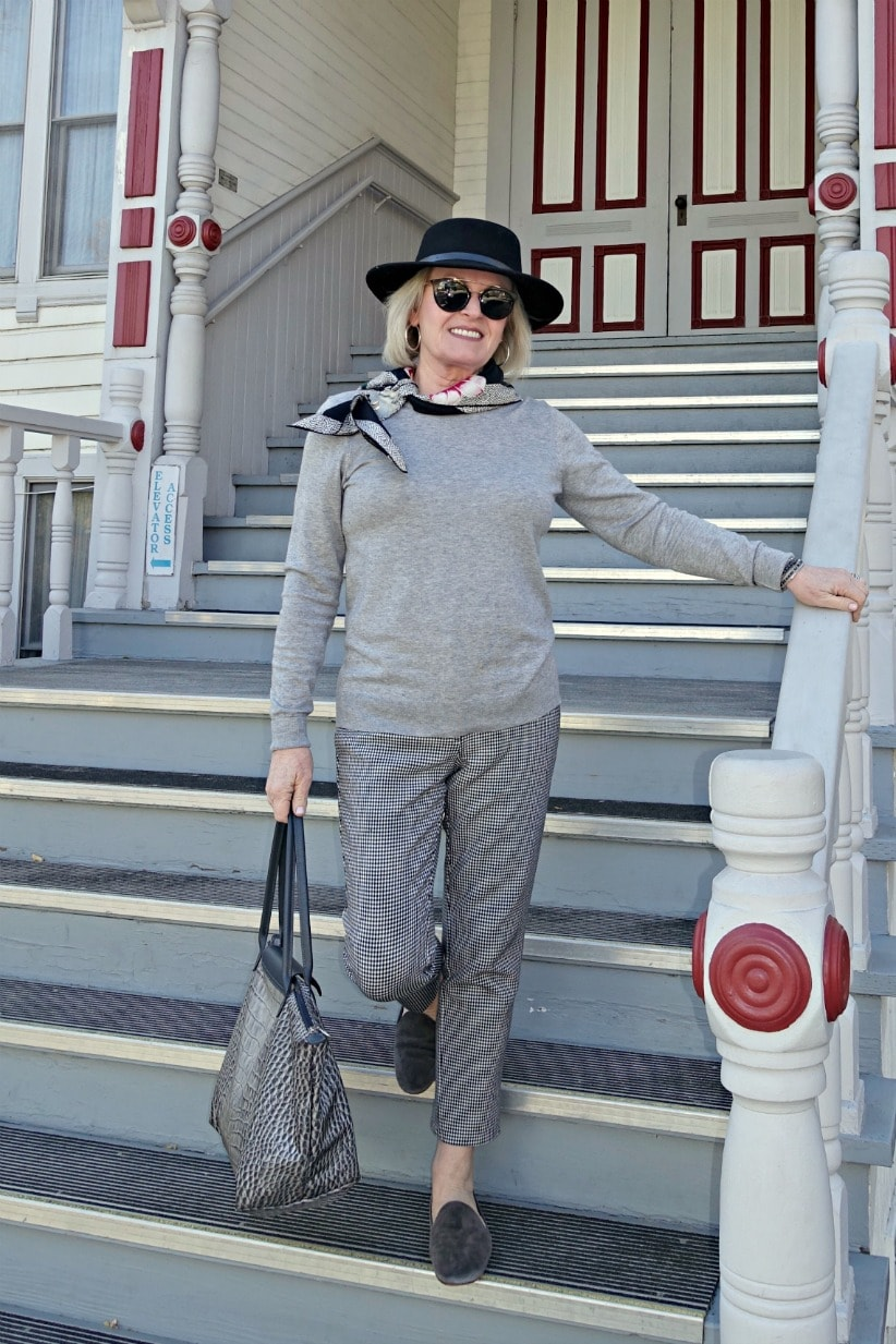 here's how to look chic in flats and a column of gray