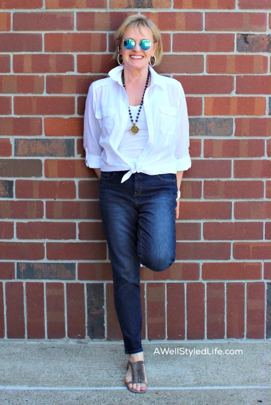 White shirt tied at waist and skinny jeans on Jennifer Connolly of A Well Styled Life