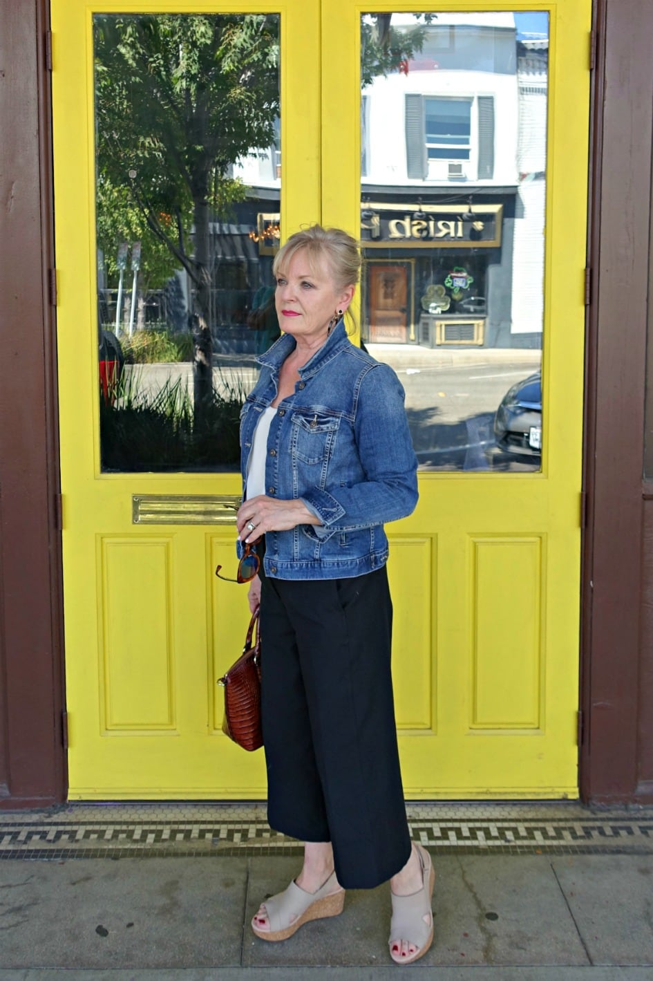 Jennifer Connolly of A Well Styled life showing the proportion of cropped pants