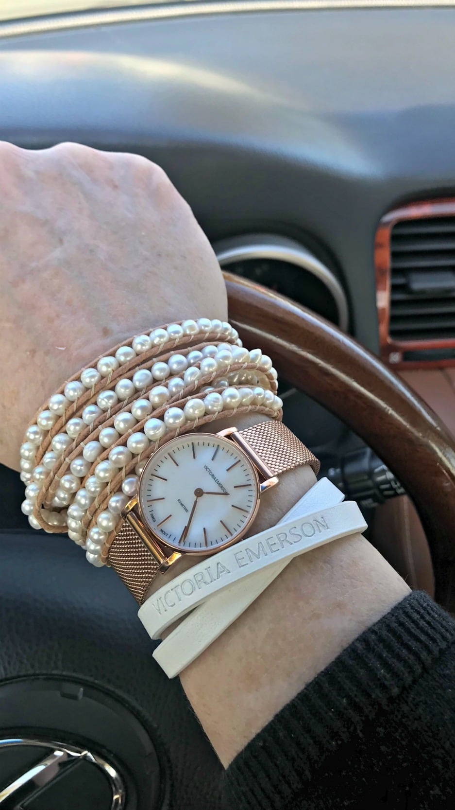 Jennifer Connolly of A Well Styled life wearing a stack of Victoria Emerson rose gold
