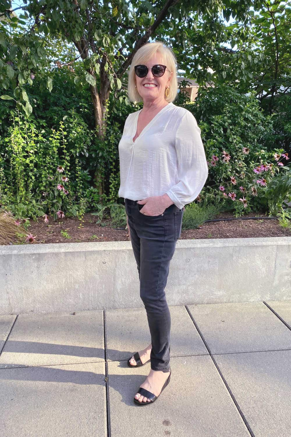 fashion blogger Jennifer Connolly wearign Good American jeans