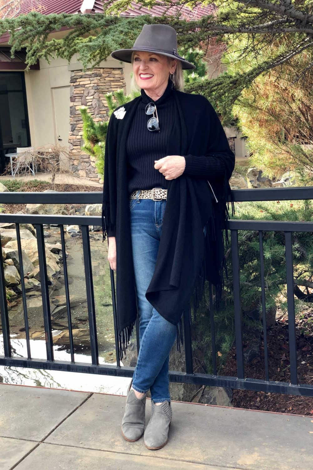 over 50 fashion blogger jennifer connolly wearign chico;s outfit with gray fedora