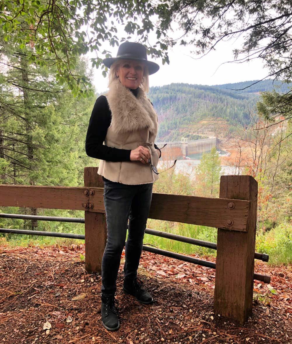 fashion blogger jennifer connolly overlooking new bullards Bar dam