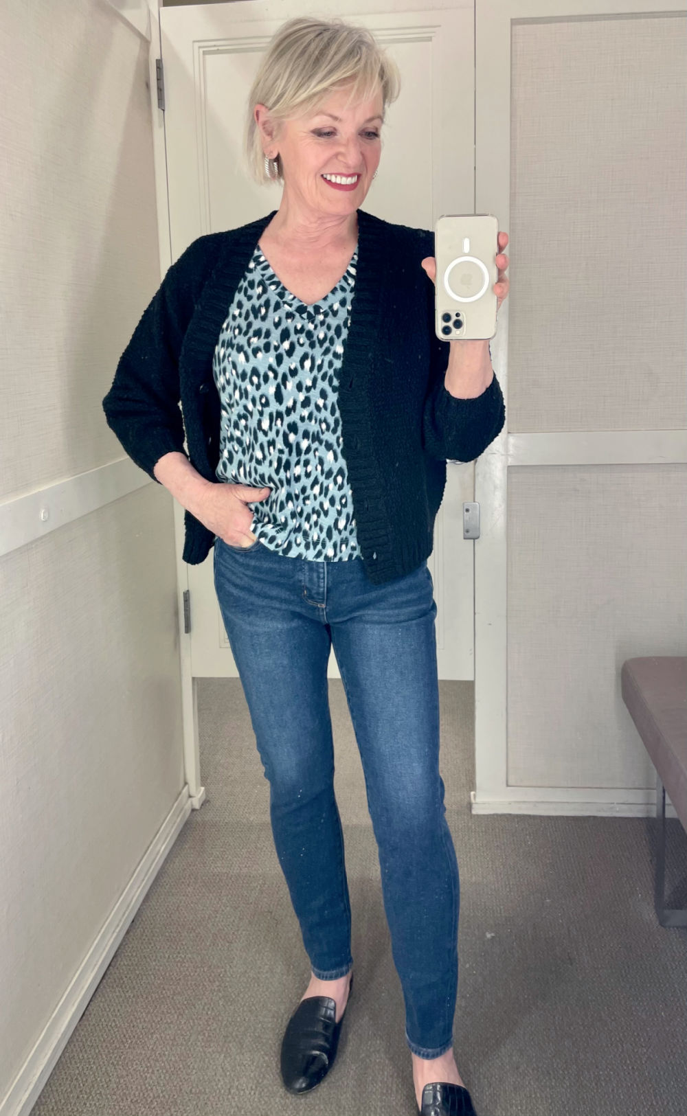 over 50 blogger jennifer connolly sharing spring fashion from loft with skinny jeans